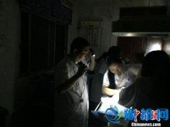 洪水致医院停电 医生和护士打手电接生男婴