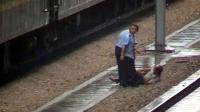 监拍男子吐痰被人推下站台 与进站列车擦肩而过