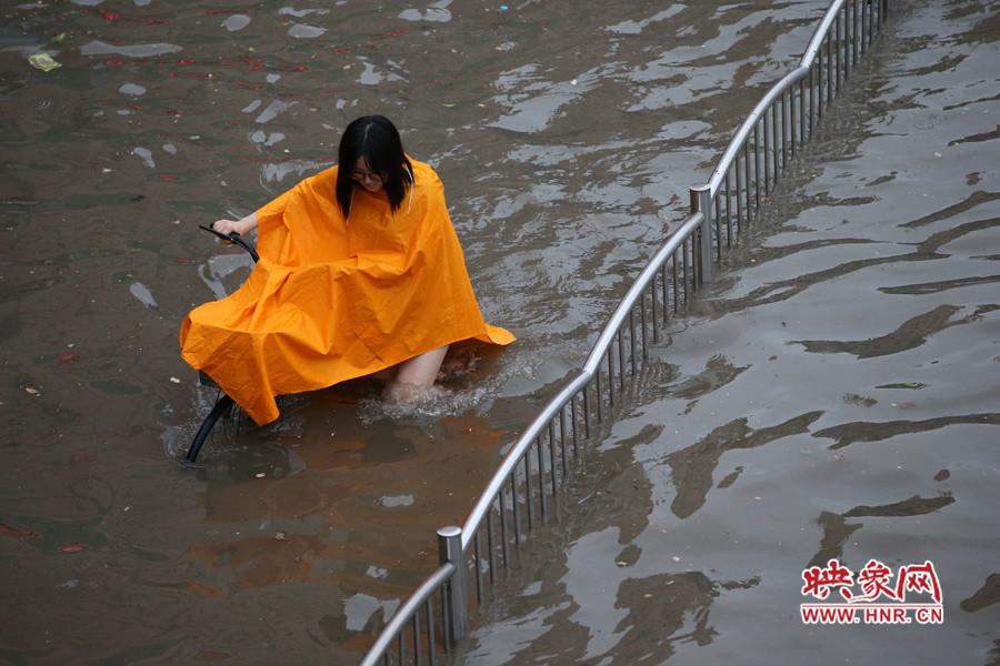 """豫都网讯 7月19日下午的一场暴雨,让郑州市区出现多个积水点,到了晚高峰的时候,郑州进入了""""看海+拥堵""""模式。"""
