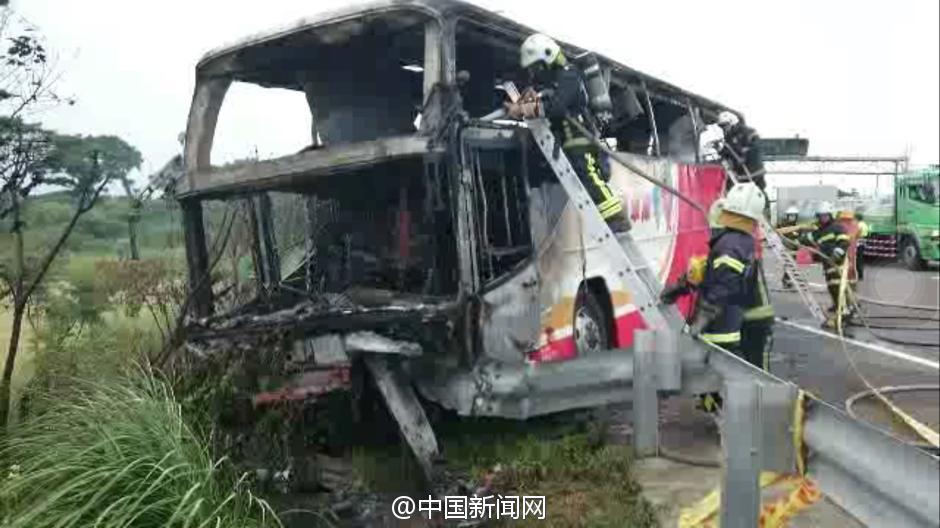 火被浇灭后,车头只剩下框架。
