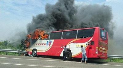 台湾游览车撞护栏起火致26死 24人为大陆游客