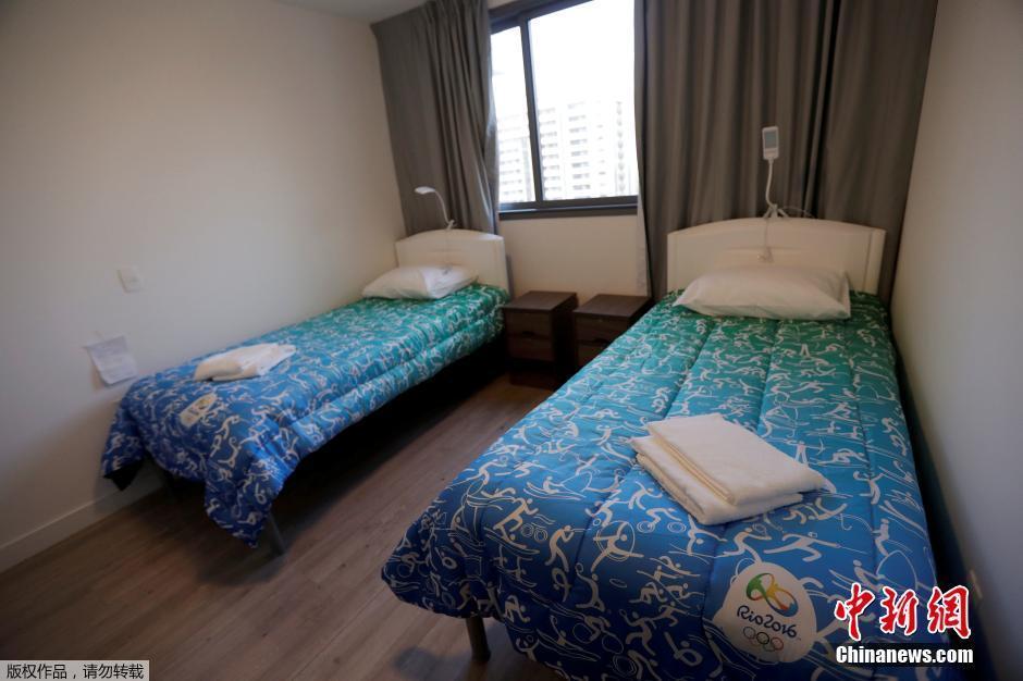 当地时间7月23日,巴西里约热内卢,这个由新建的高层住宅构成的社区将成为近11000名里约奥运会参赛运动员以及约6000名教练等其他工作人员吃饭、睡觉以及训练的固定区域。图为运动员的居室。