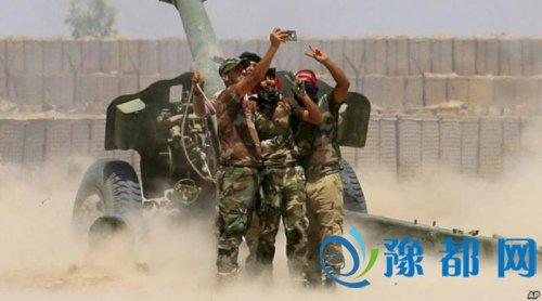 资料图片:战斗人员在炮轰IS武装的时候自拍。美联社