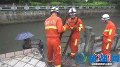 福州一出租车失控冲入内河 司机和乘客幸获救(图)