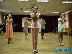 为母亲唱首歌 ――河南工业大学志愿者走进赴儿童村开展暑期实践活动