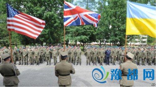 """在波兰华沙举行的""""蟒蛇-16""""启动仪式上,波兰士兵手持参演一些国国旗。美联社"""