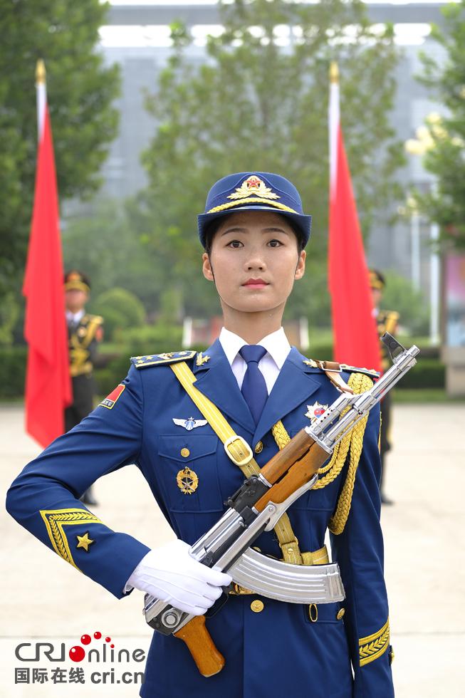 正在训练的女仪仗兵。摄影:沈��。