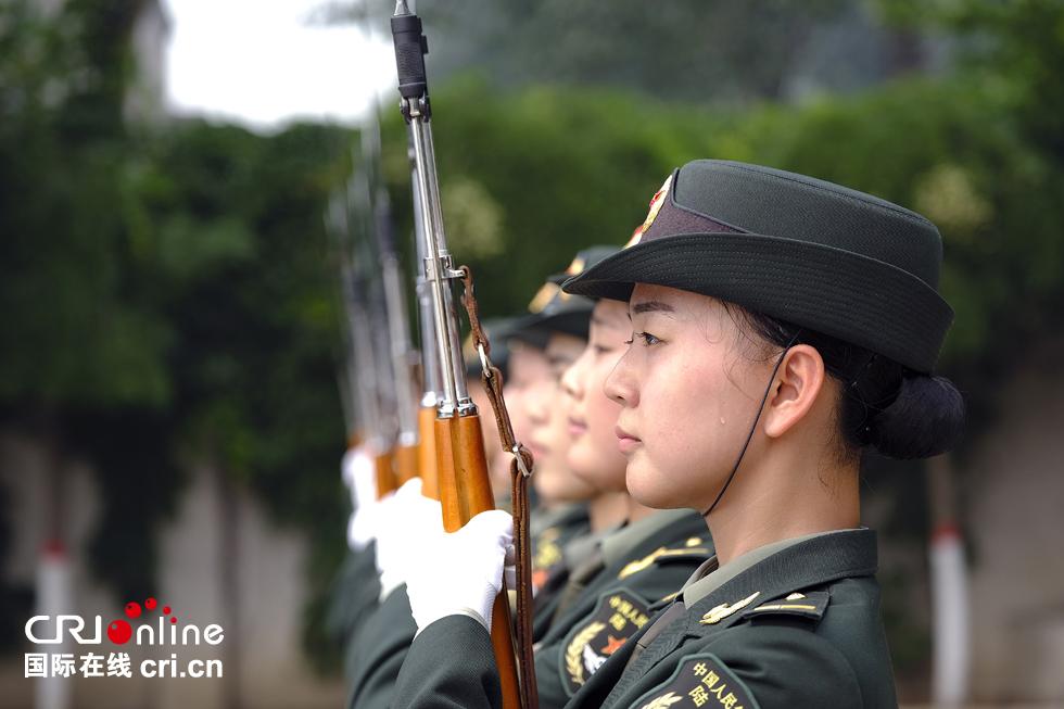 女仪仗兵训练现场。摄影:沈��
