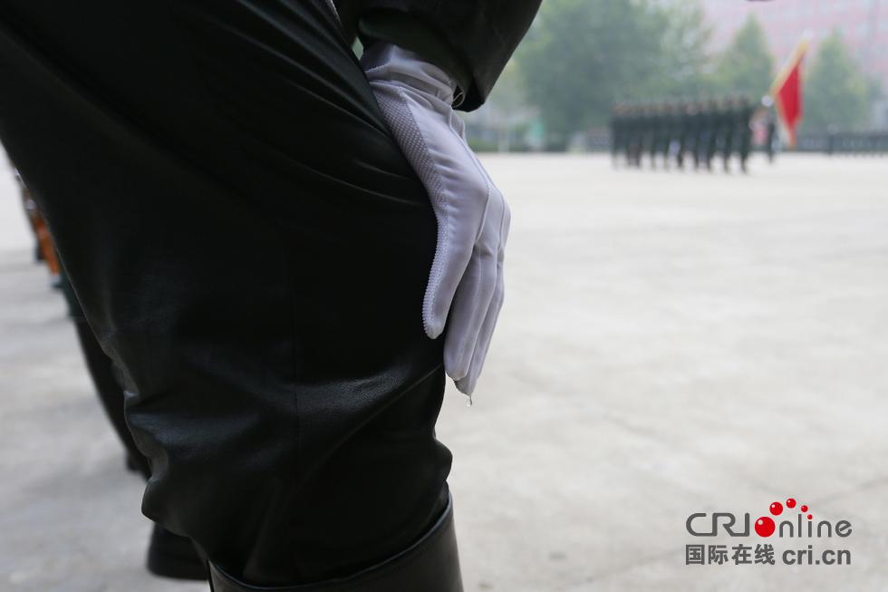 经过一上午的高强度训练,不少官兵的衣服已经被汗水浸湿。摄影:沈��