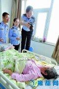 老人患重病住院民警到病房为她补办身份证