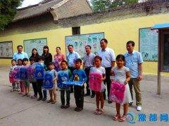 汝州市财政局结合精准扶贫工作对邢村适龄儿童发放书包和文具