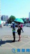 烈日下,你指挥交通,我为你撑伞