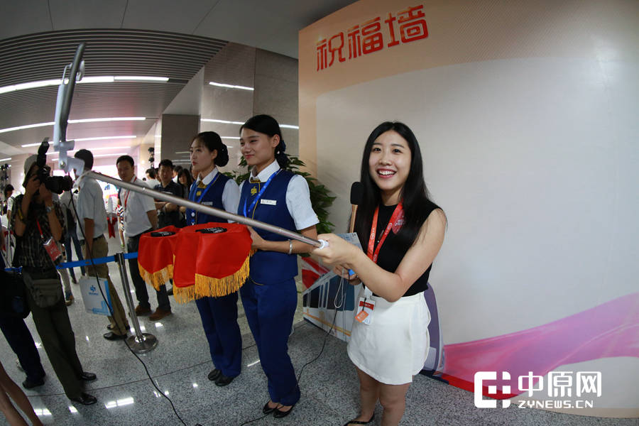活动尚未开始,一位媒体美女记者拿着自拍杆开始直播了。