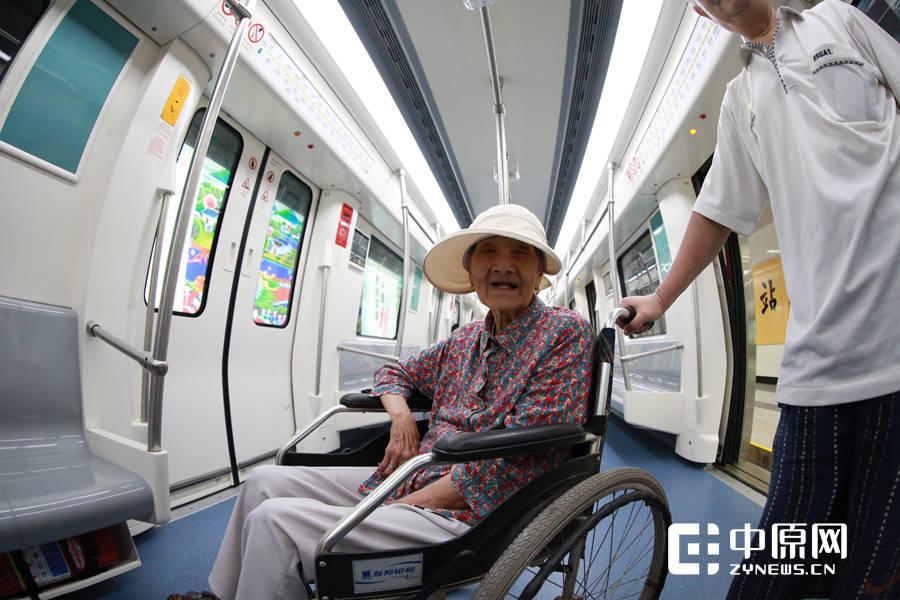 即将百岁的老人曾奶奶在7旬儿子的陪伴下,登上地铁2号线,体验了一把郑州的新速度。