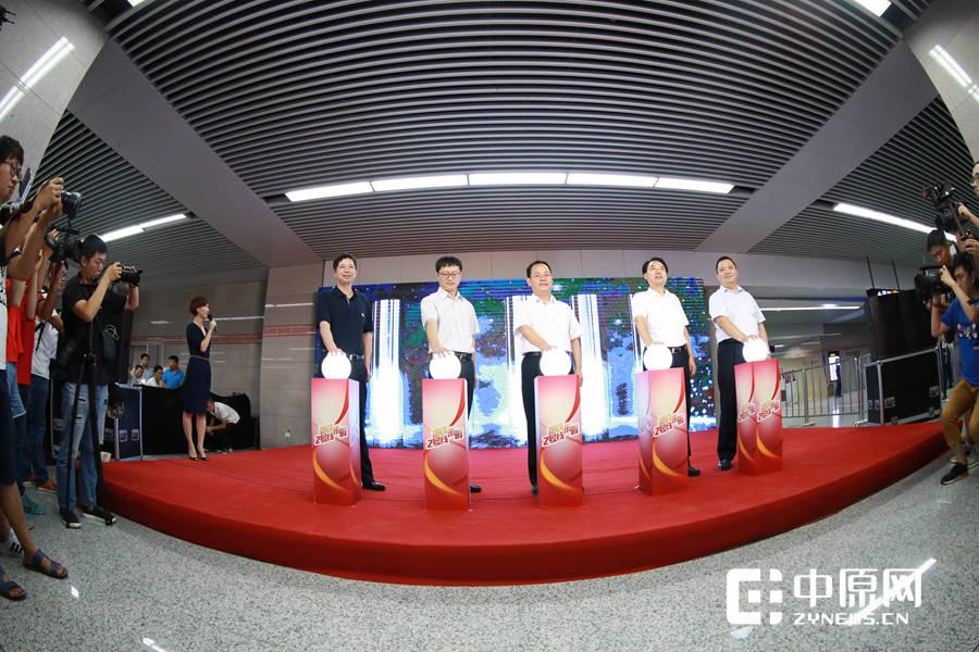 领导与嘉宾共同启动地铁2号线试乘活动的仪式
