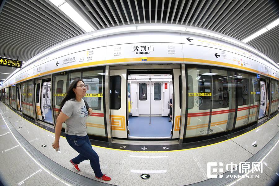 试乘体验开始了一位女孩从镜头前跑过,奔跑着跟随地铁的脚步。