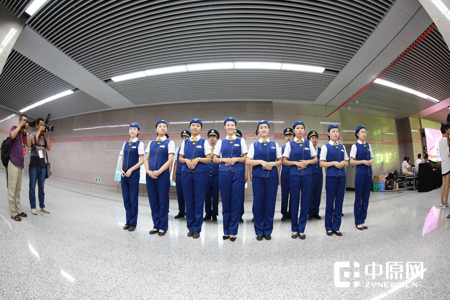 笑容灿烂的地铁2号线的工作人员