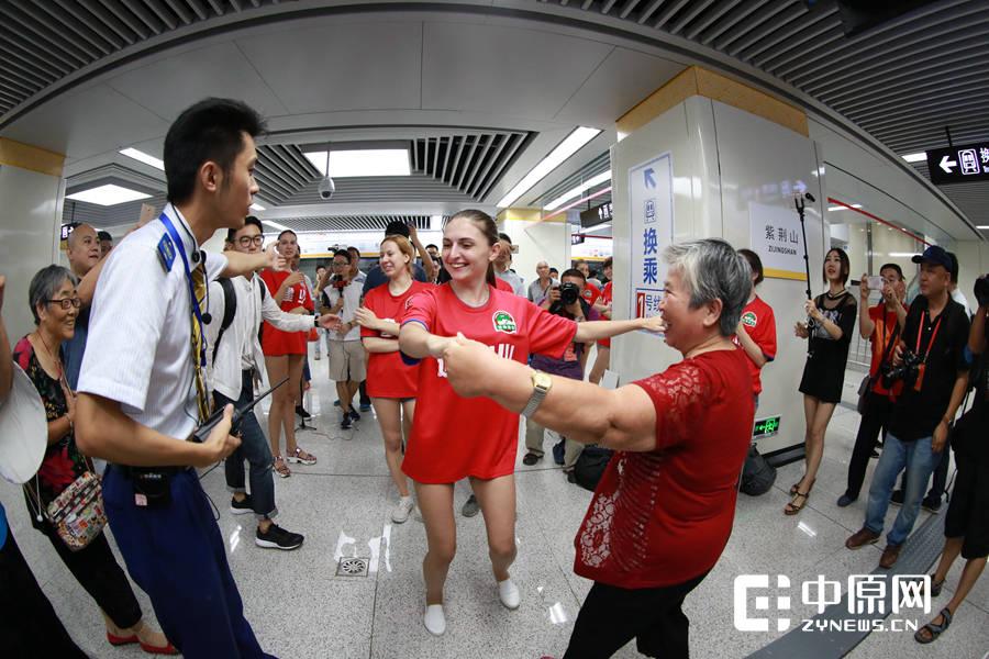 一位大妈受邀与外国姑娘跳起舞来。