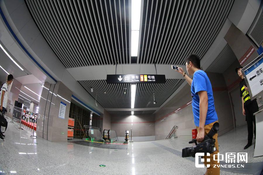 一位摄像记者拍下地铁2号线乘坐指示牌