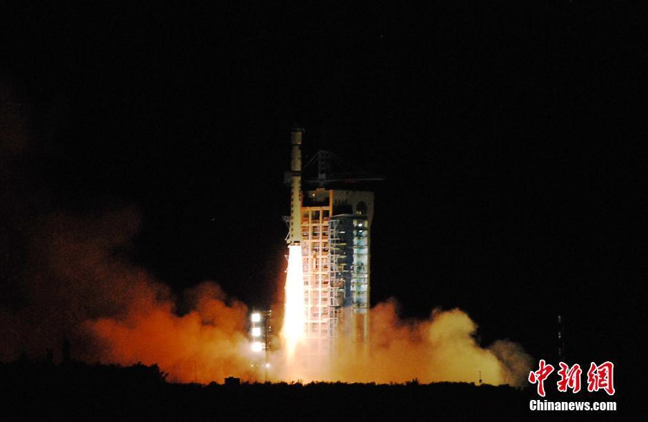8月16日01时40分,中国在酒泉卫星发射中心用长征二号丁运载火箭成功将全球首颗量子科学实验卫星(简称量子卫星)发射升空。此次发射任务的圆满成功,标志着中国空间科学研究又迈出重要一步。图为火箭点火升空。中新社记者 梁晓辉 摄