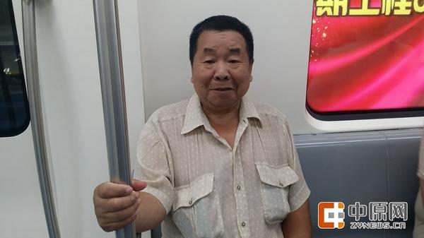 """地铁首位入场乘客是这位王建军老人,家住兴华街,为了体验地铁2号线早上7点多就来到地铁站等候,他无比激动的对记者说:""""郑州这两年发展的太快了、太好了!"""""""