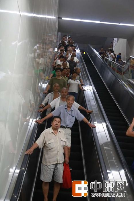 上午10点,第一批乘客浩浩荡荡的下来了,以老人居多。