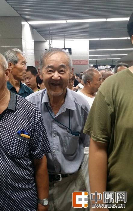 70岁的张大爷专门来体验的,他家住在紫荆山,要坐2号线去南边看看。记者给他拍照,他一直高兴的笑。