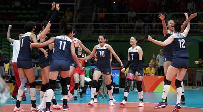 中国女排战胜荷兰队晋级决赛  郎平成就12人团队胜利
