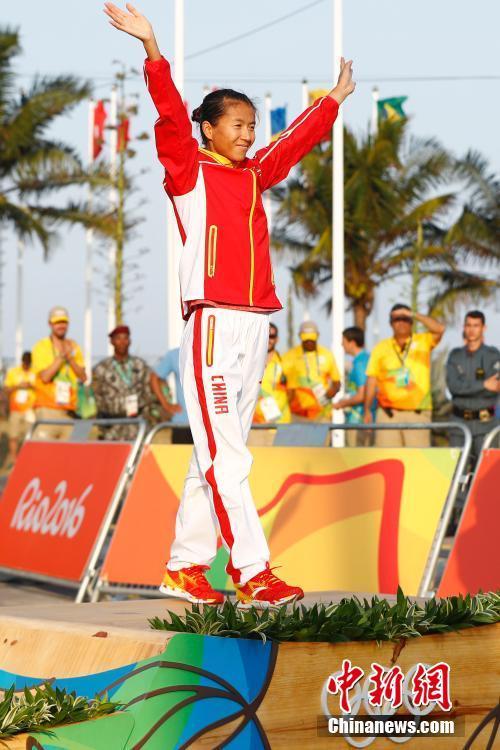 当地时间8月19日,里约奥运女子20公里竞走决赛,中国选手刘虹以1小时28分35秒摘取金牌,墨西哥选手冈萨雷斯获得银牌,吕秀芝获得铜牌,另一位中国选手切阳什姐名列第五。中新网记者 富田 摄