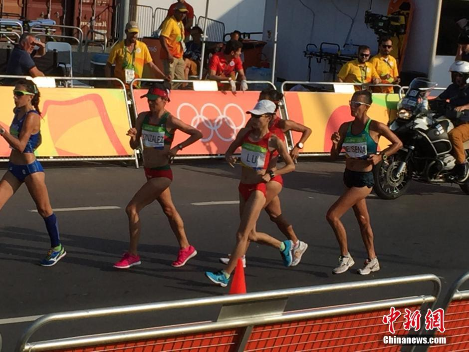 当地时间8月19日,里约奥运女子20公里竞走决赛,中国选手刘虹以1小时28分35秒摘取金牌,墨西哥选手冈萨雷斯获得银牌,吕秀芝获得铜牌,另一位中国选手切阳什姐名列第五。图为吕秀芝在比赛中。中新网记者 宋方灿 摄