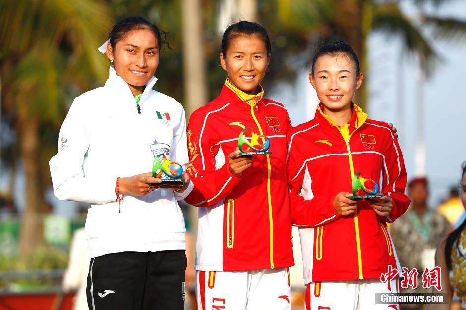 当地时间8月19日,里约奥运女子20公里竞走决赛,中国选手刘虹(中)以1小时28分35秒摘取金牌,墨西哥选手冈萨雷斯(左)获得银牌,吕秀芝获得铜牌,另一位中国选手切阳什姐名列第五。中新网记者 富田 摄
