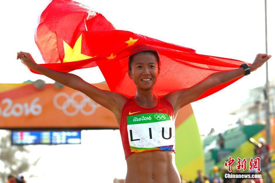 当地时间8月19日,里约奥运女子20公里竞走决赛,中国选手刘虹以1小时28分35秒摘取金牌,墨西哥选手冈萨雷斯获得银牌,吕秀芝获得铜牌,另一位中国选手切阳什姐名列第五。图为刘虹冲庆祝胜利。中新网记者 富田 摄