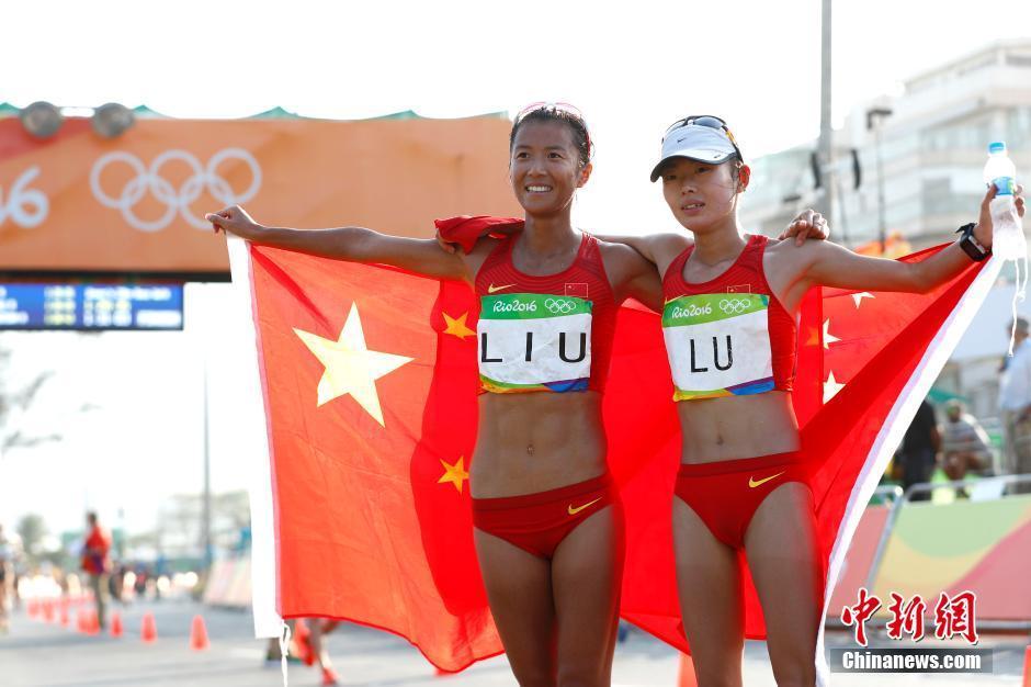 当地时间8月19日,里约奥运女子20公里竞走决赛,中国选手刘虹以1小时28分35秒摘取金牌,墨西哥选手冈萨雷斯获得银牌,吕秀芝获得铜牌,另一位中国选手切阳什姐名列第五。图为刘虹(左)和吕秀芝共同庆祝胜利。中新网记者 富田 摄