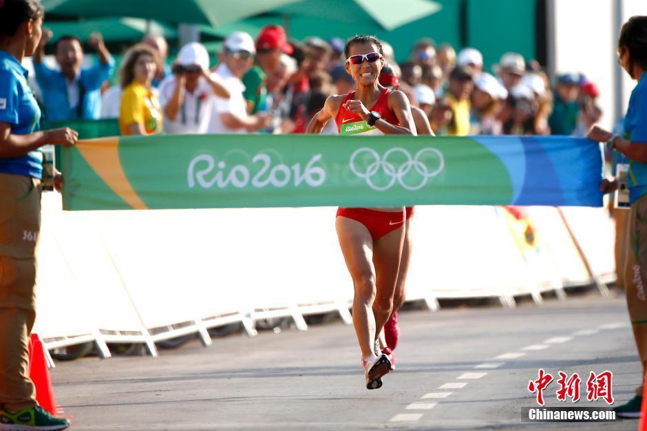 当地时间8月19日,里约奥运女子20公里竞走决赛,中国选手刘虹以1小时28分35秒摘取金牌,墨西哥选手冈萨雷斯获得银牌,吕秀芝获得铜牌,另一位中国选手切阳什姐名列第五。图为刘虹冲过终点瞬间。中新网记者 富田 摄