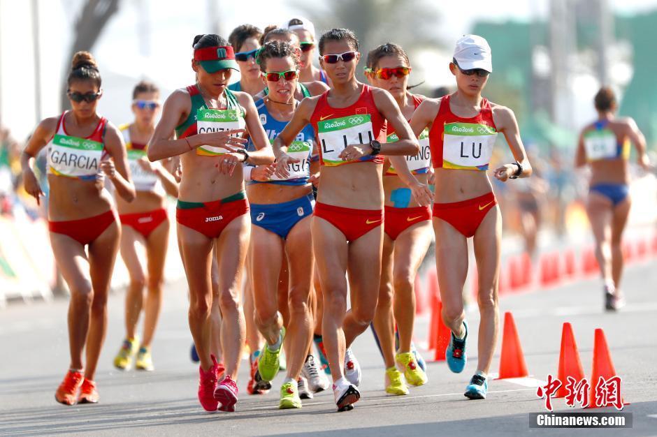 当地时间8月19日,里约奥运女子20公里竞走决赛,中国选手刘虹以1小时28分35秒摘取金牌,墨西哥选手冈萨雷斯获得银牌,吕秀芝获得铜牌,另一位中国选手切阳什姐名列第五。图为刘虹和吕秀芝在比赛中。中新网记者 富田 摄