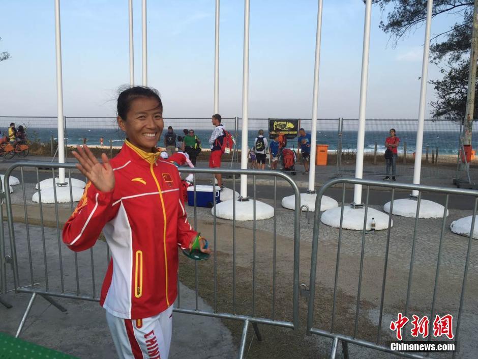 当地时间8月19日,里约奥运女子20公里竞走决赛,中国选手刘虹以1小时28分35秒摘取金牌,墨西哥选手冈萨雷斯获得银牌,吕秀芝获得铜牌,另一位中国选手切阳什姐名列第五。图为刘虹接受采访。中新网记者 张楠 摄