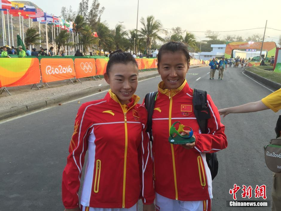 当地时间8月19日,里约奥运女子20公里竞走决赛,中国选手刘虹以1小时28分35秒摘取金牌,墨西哥选手冈萨雷斯获得银牌,吕秀芝获得铜牌,另一位中国选手切阳什姐名列第五。图为刘虹(右)和吕秀芝合影。中新网记者 宋方灿摄