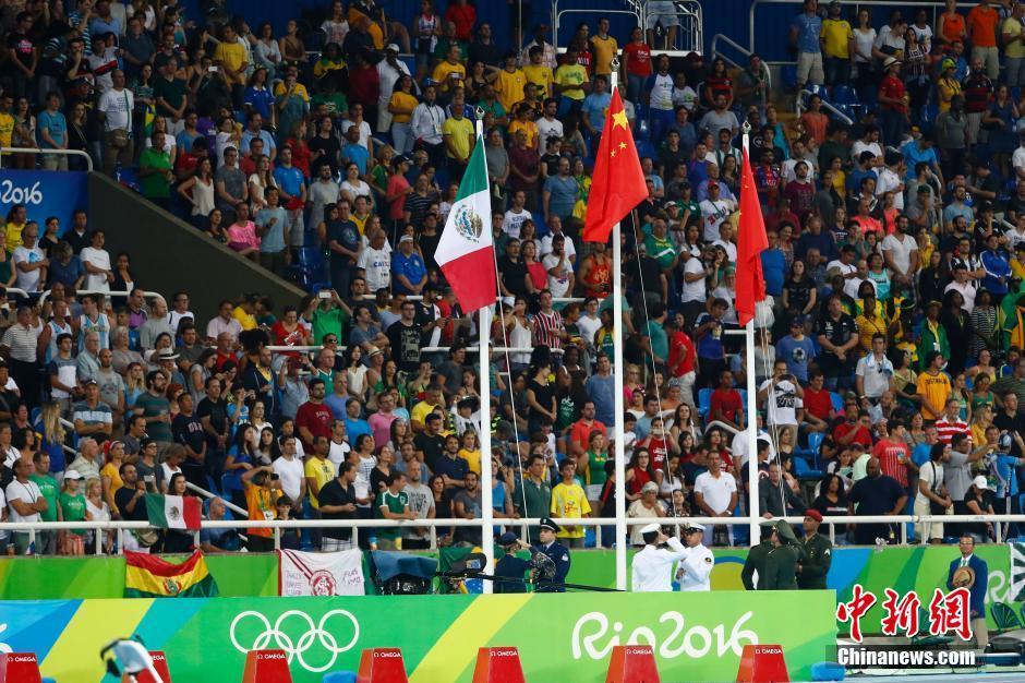 当地时间8月19日,里约奥运女子20公里竞走决赛,中国选手刘虹以1小时28分35秒摘取金牌,墨西哥选手冈萨雷斯获得银牌,吕秀芝获得铜牌,另一位中国选手切阳什姐名列第五。图为现场升起中国国旗。中新网记者 富田 摄