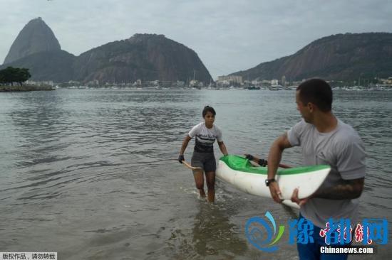 当地时间7月30日,20岁的Sarah Almeida de Freitas在巴西里约糖面包山和瓜纳巴拉湾附近的博塔弗戈沙滩训练。