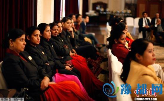 当地时间2013年1月17日,印度新德里,奢侈酒店女员工展示10天集训学习的防身术。