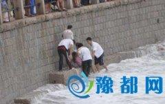 游客喝醉亢奋落海后被消防官兵救上岸