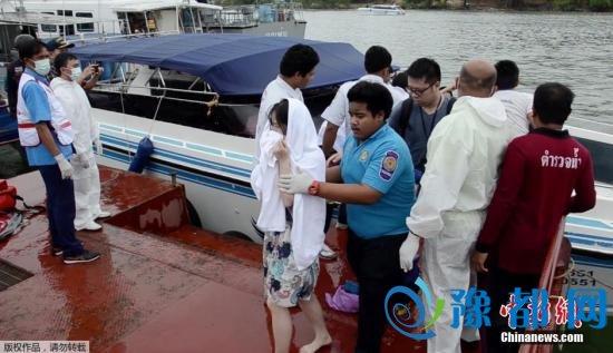 6月8日消息,据外媒报道,泰国警方表示,8日中午左右,两艘共搭载62名游客的快艇在泰国南部海岸相撞,事故造成至少2人死亡,20人受伤。当地警方称,多数游客是中国人,其中包括两名当场死亡的游客。另有20名游客受伤,已被送往当地医院。据悉,撞船事故发生在泰国著名旅游景点普吉岛附近。两艘游艇正在普吉岛和皮皮岛之间为乘客摆渡。目前,警方和救援人员正在援救中。