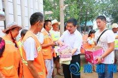 区委书记王迎波慰问环卫工人和城建工作人员