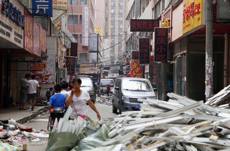 陈寨作为郑州最有名的城中村,面积虽然只有0.618平方公里,但是却拥有800多幢十几层的高楼,房东几乎将所有的宅基地都盖上了楼,很多楼房内装有电梯,楼与楼之间有着极小的楼间距。