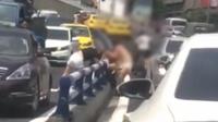 女子赤裸上身马路中间开撕 引路人围观致交通堵塞