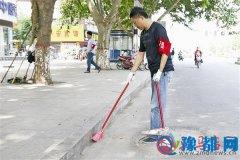 我市志愿者积极行动维护道路干净整洁