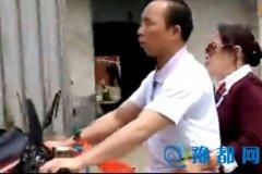 吓死宝宝了!男子双目失明开摩托车 妻子坐后面指路