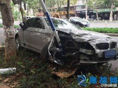 女司机开宝马连撞两警车 疑因老公有小三受刺激