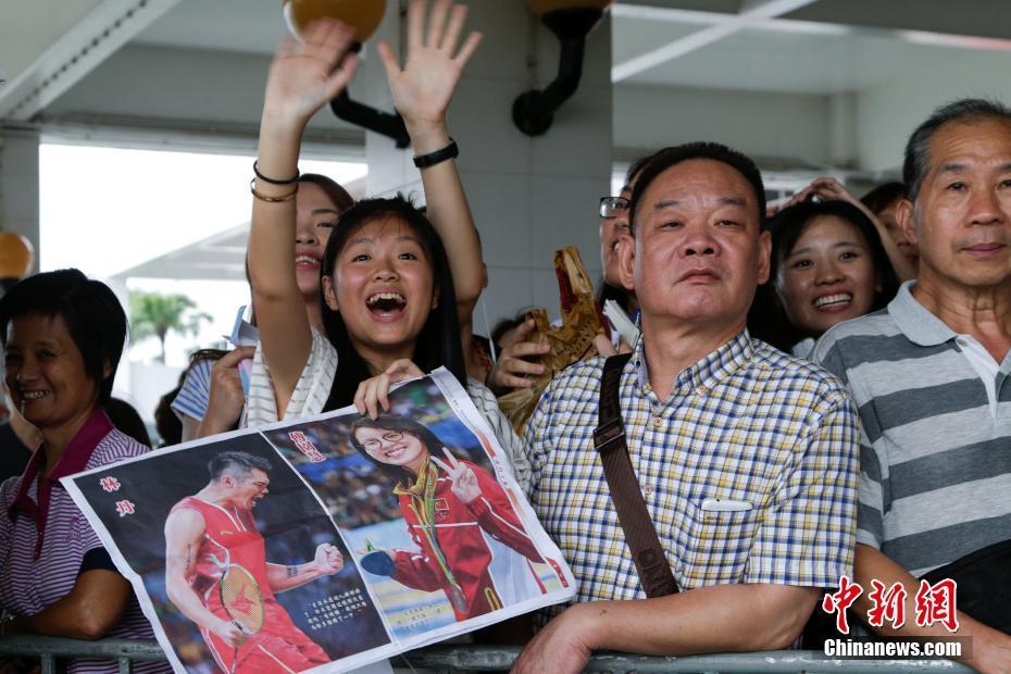 8月29日,里约奥运会国家奥运精英代表团抵达澳门,展开一连4天的访问行程,与澳门市民交流。图为市民热情迎接。 中新社记者 张宇 摄