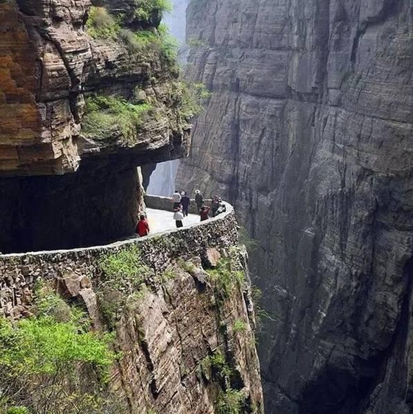 """世界上最危险的村庄――河南辉县郭亮村,你敢去吗?太行山深处,二百米垂直的悬崖上的郭亮村,600年来,就靠720个台阶的""""天梯""""攀登。这天堑之村仅与陵川的锡崖沟相距不路十公里。"""